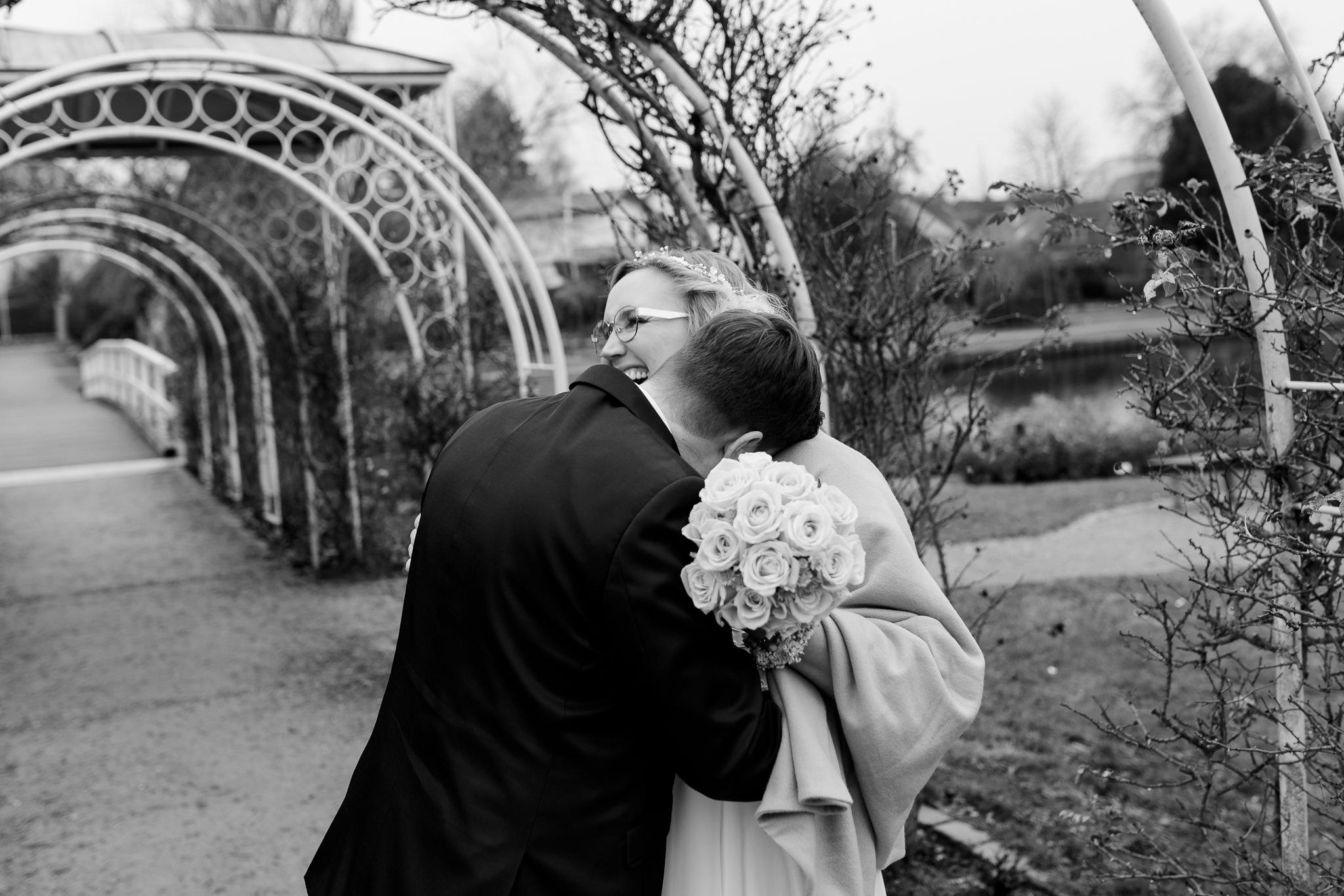 Silvesterhochzeit: das Brautpaar lacht herzhaft beim Fotoshooting dieser Winterhochzeit