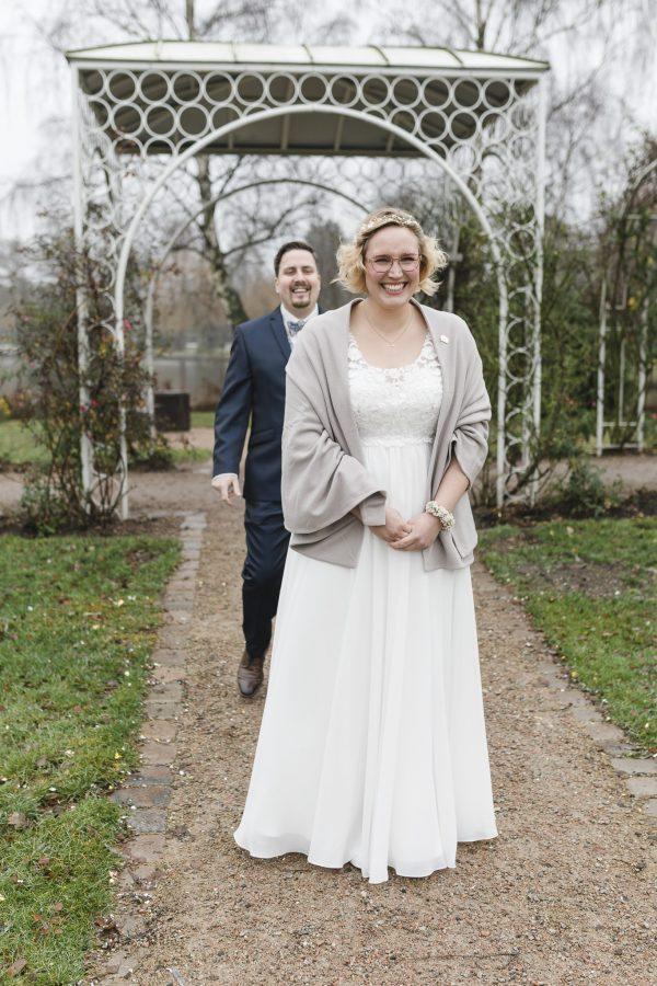 Die Braut voller Vorfreude beim First Look