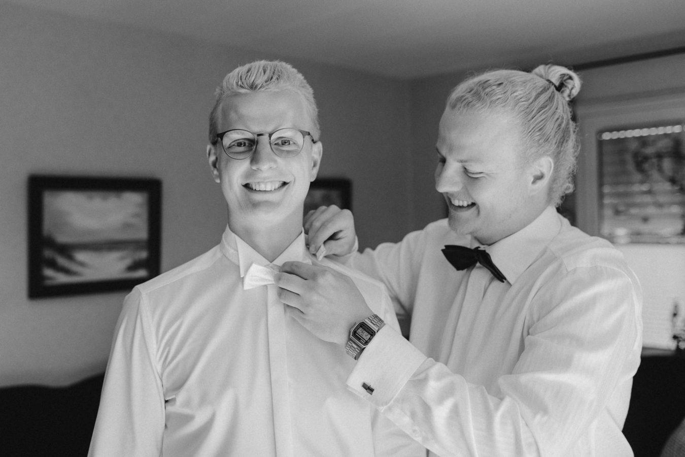 Getting Ready: der Trauzeuge hilft dem Bräutigam