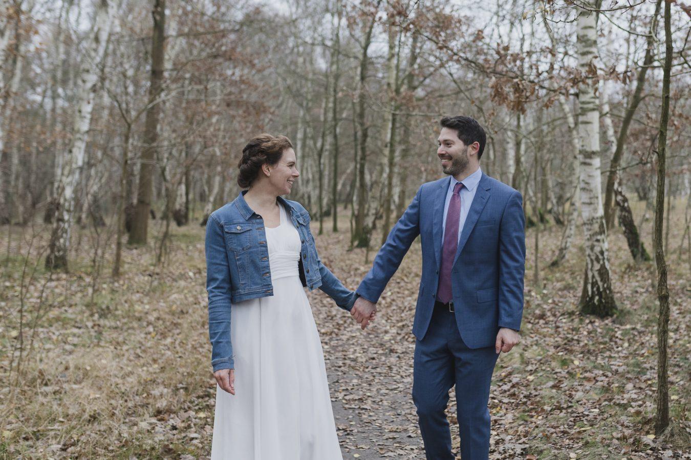 Brautpaar schlendert durch das Birkenwäldchen in den Boberger Dünen