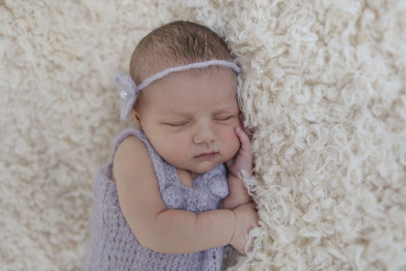 Babyfotos im Krankenhaus - eine kleine Prinzessin schläft ruhig und fest