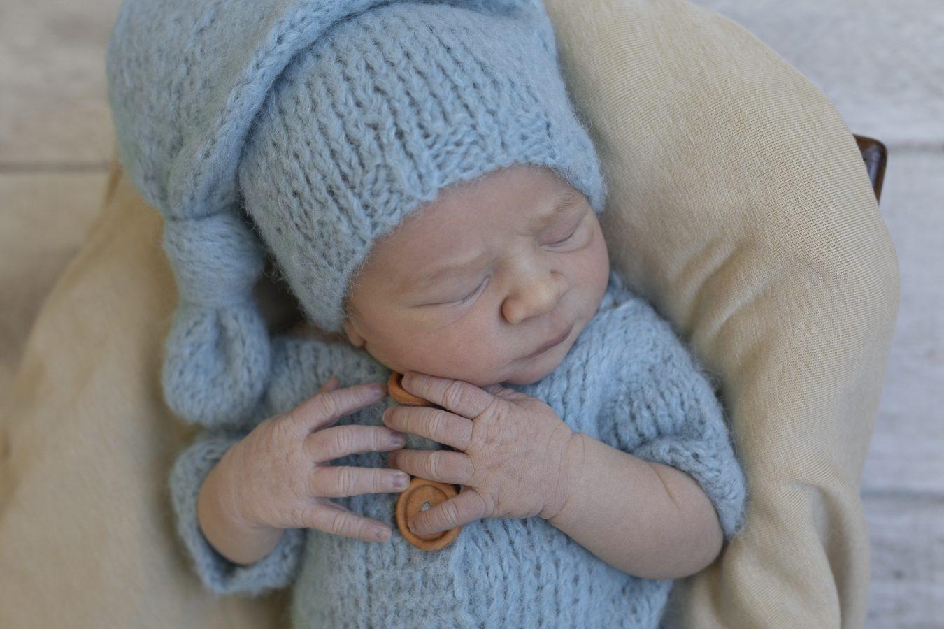 Babyfotos im Krankenhaus - der kleine Kerl schläft in seinem niedlichen Outfit