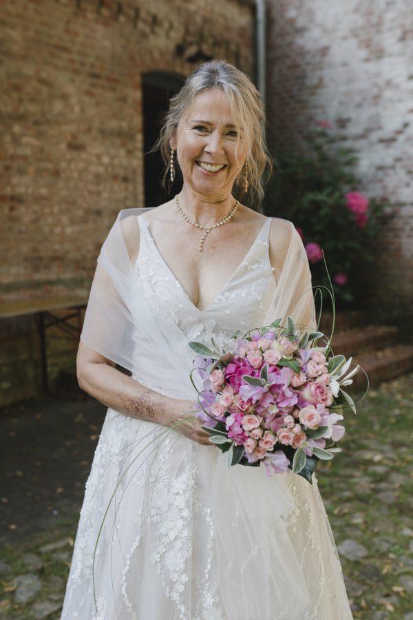 Die Braut wartet vor der standesamtlichen Trauung in der Wassermühle Karoxbostel auf ihren Bräutigam
