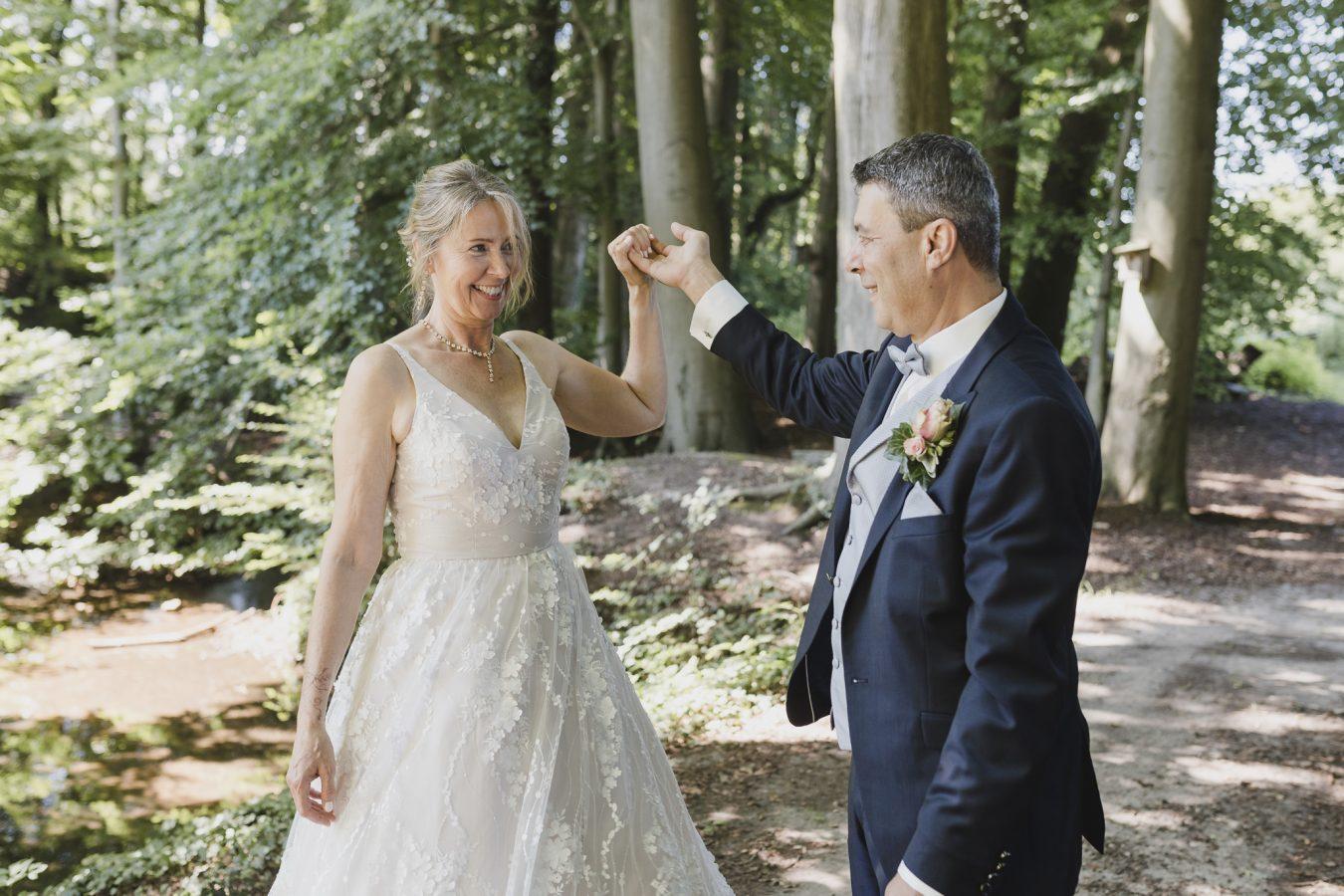 Hochzeitsfotograf Seevetal - das Brautpaar übt ein kleines Tänzchen