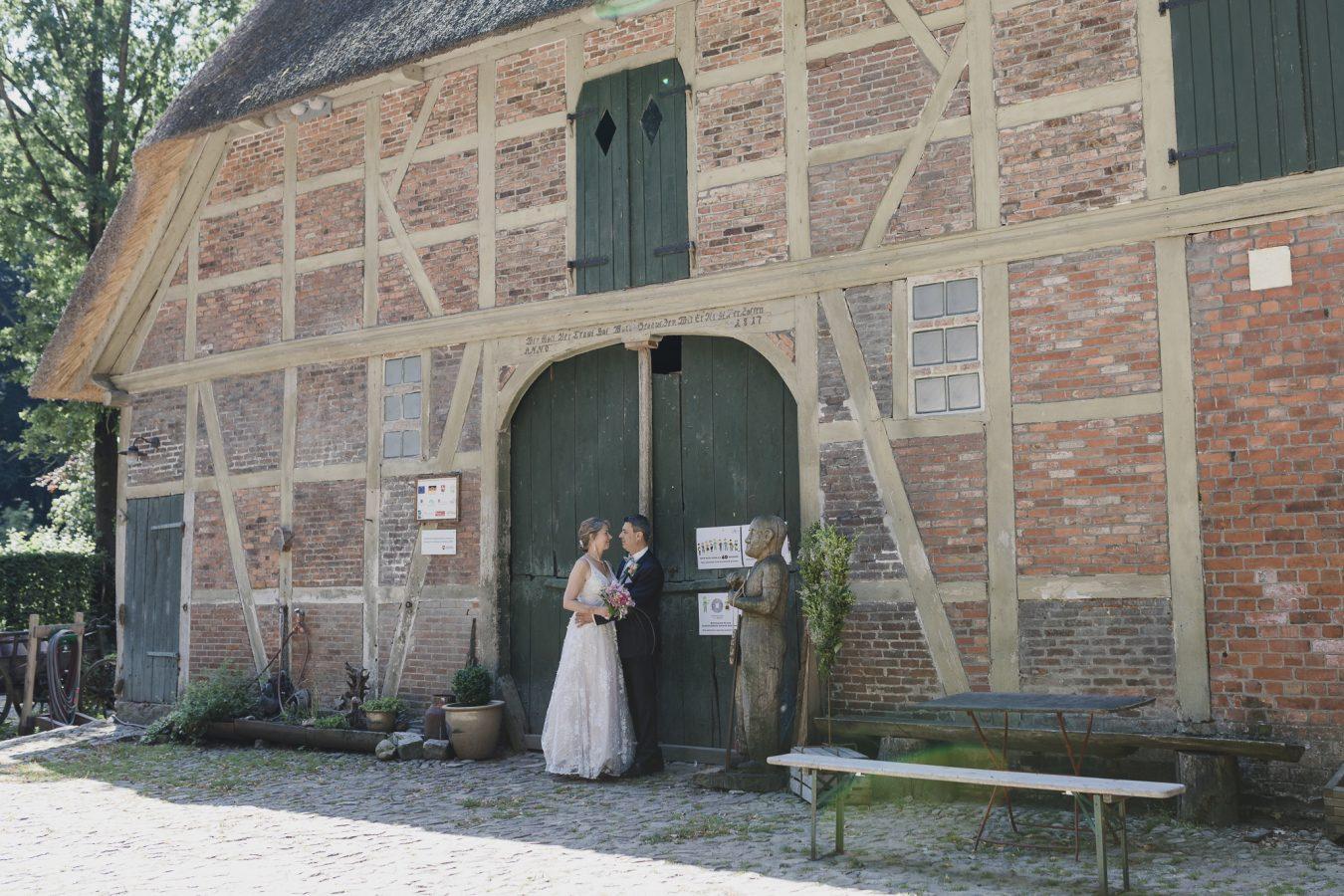 Das Brautpaar steht vor dem Standesamt in der Wassermühle Karoxbostel