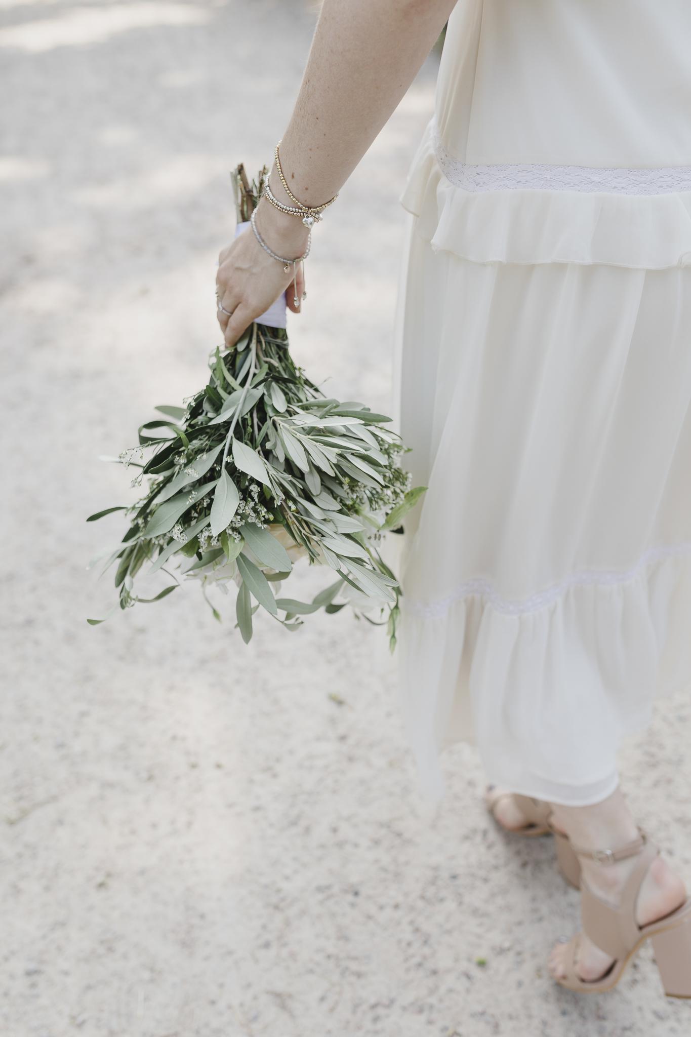 Ideen für eure Hochzeit bei Pinterest: die Braut mit ihrem Brautstrauß
